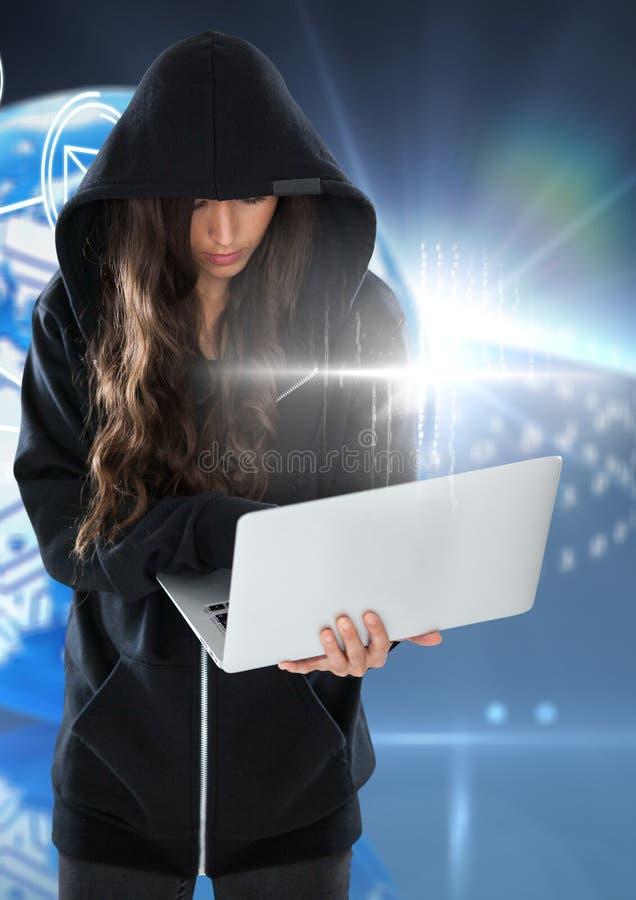 Pirata informatico della donna che per mezzo di un computer portatile davanti a fondo digitale blu fotografia stock libera da diritti
