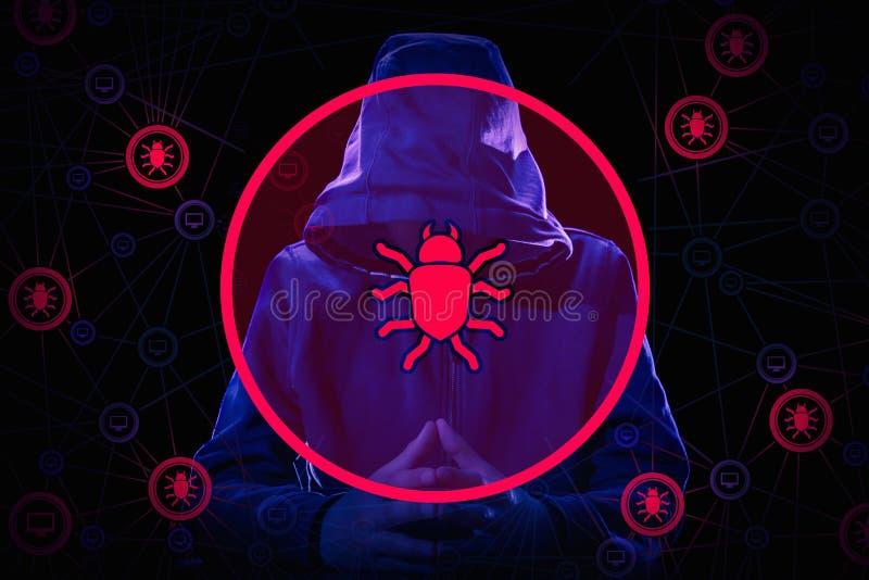 Pirata informatico di computer arrestato e criminale cyber con le manette che indossano il fronte nascondentesi del rivestimento  fotografia stock