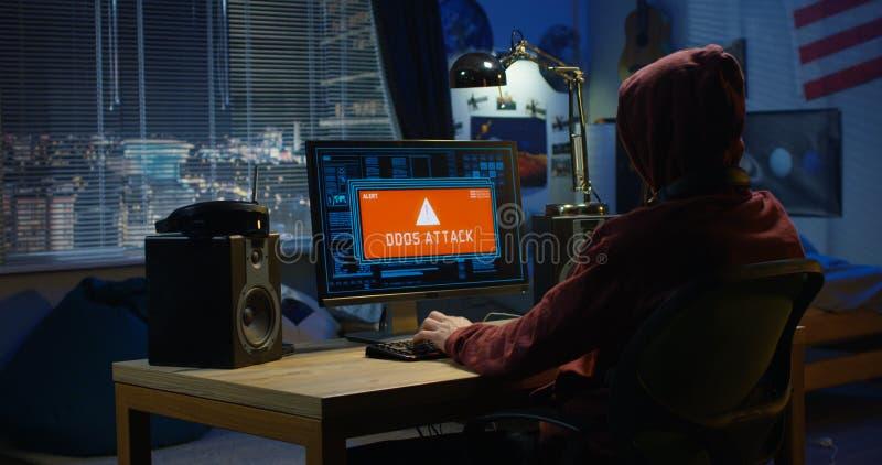 Pirata informatico di computer facendo uso del suo computer immagini stock libere da diritti