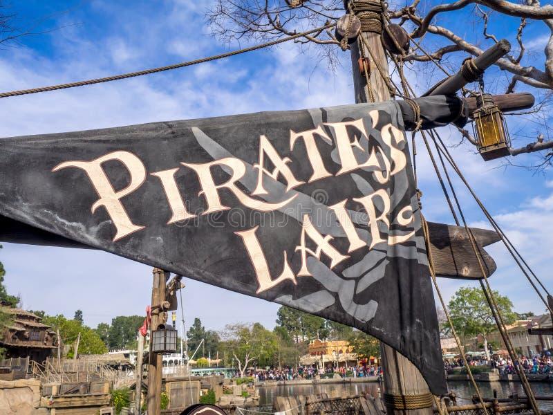 Pirata Lair w Adventureland przy Disneyland parkiem obrazy stock