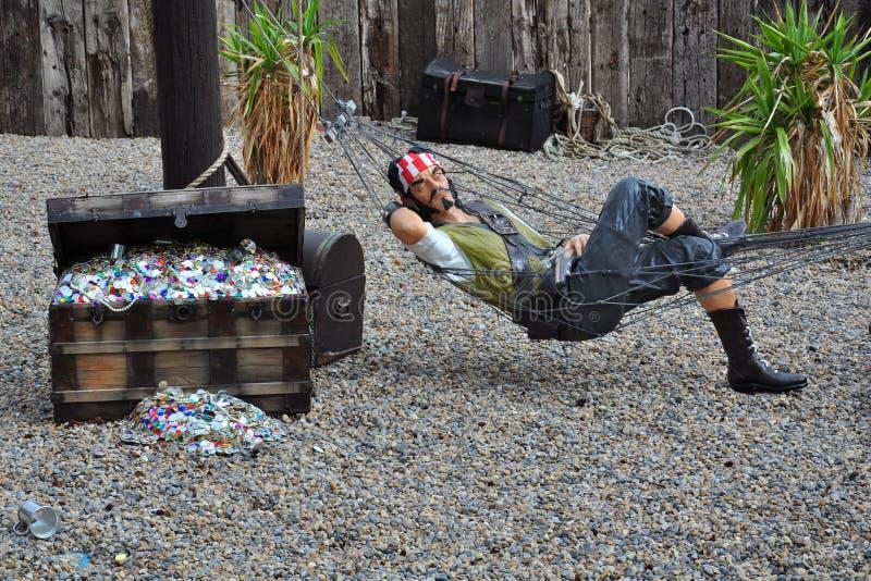 Pirata no hammock pela caixa de tesouro imagem de stock