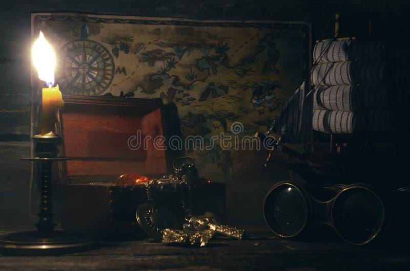 Pirata stół Skarbu polowanie Denny rabunek, podróży pojęcie zdjęcie royalty free