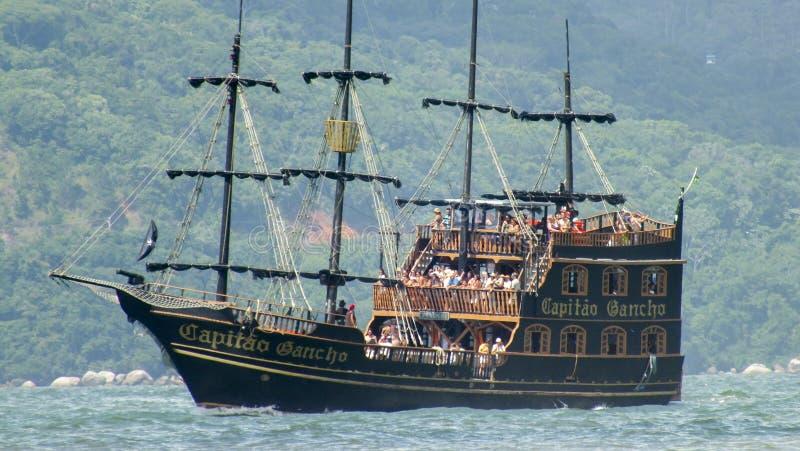 Pirata statek iść na plażach Florianopolis, Brazylia obraz stock