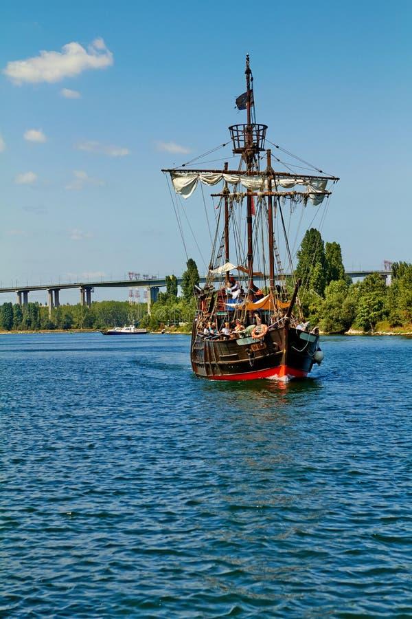Pirata statek przy otwartym morzem zdjęcie royalty free