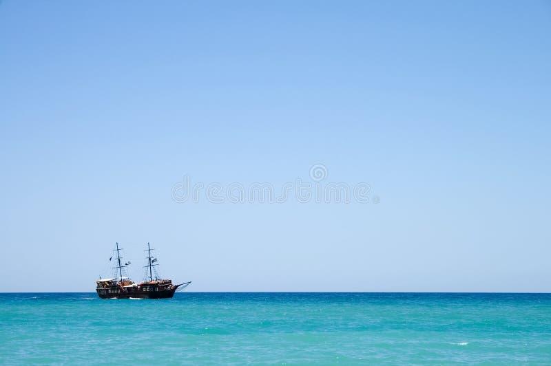 Download Pirata Statek Z Turystami Przy Morzem W Crete, Grecja Zdjęcie Stock - Obraz złożonej z pirat, drewniany: 28953484