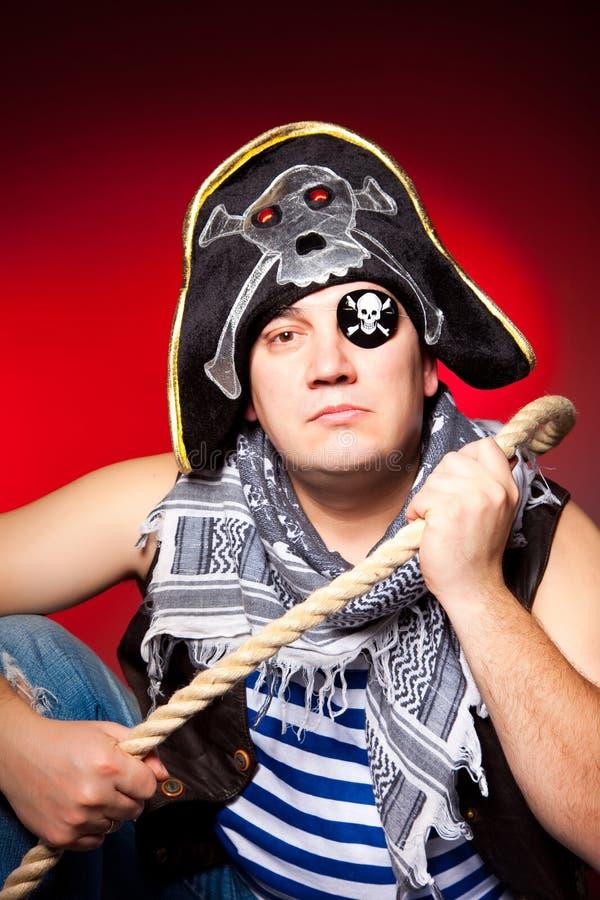 Pirata tuerto con un sombrero amartillado y una cuerda fotografía de archivo