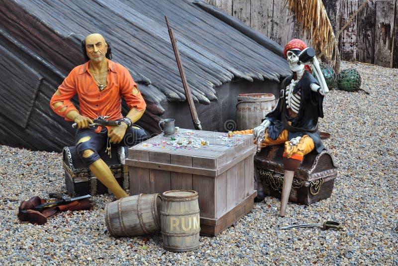 Piratas em navio quebrado, caixa de tesouro, esqueleto foto de stock royalty free