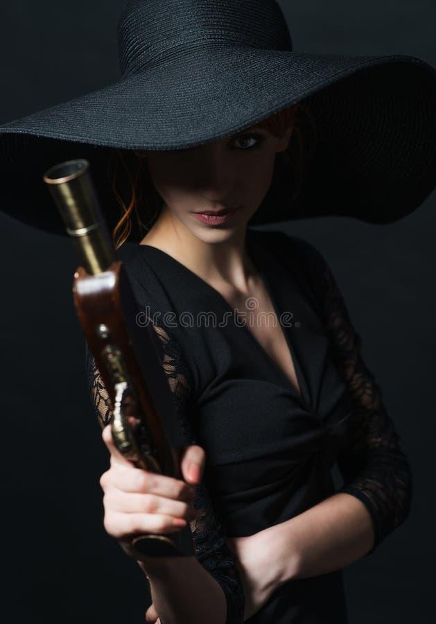 Pirate de fille avec le pistolet antique à disposition photographie stock