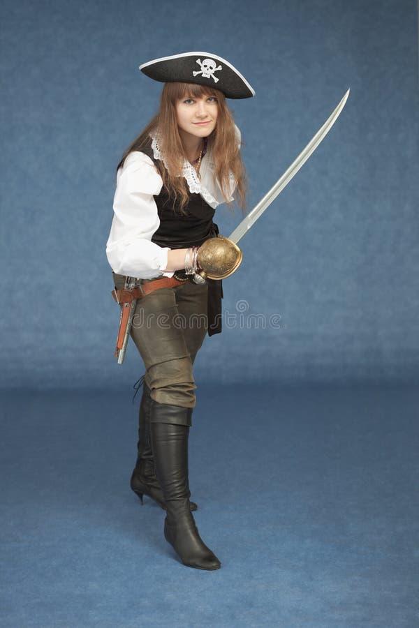 Pirate de mer d'une femelle avec le sabre sur le bleu image libre de droits
