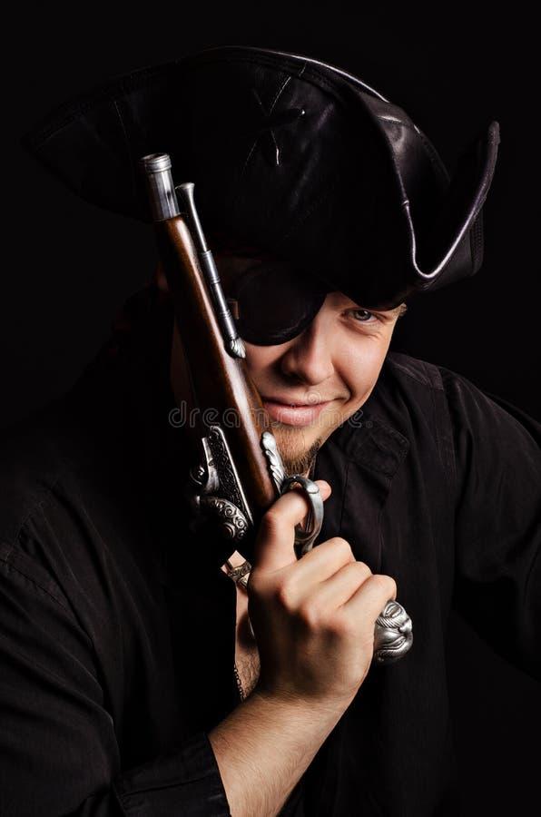 Pirate de sourire avec le pistolet antique photographie stock libre de droits