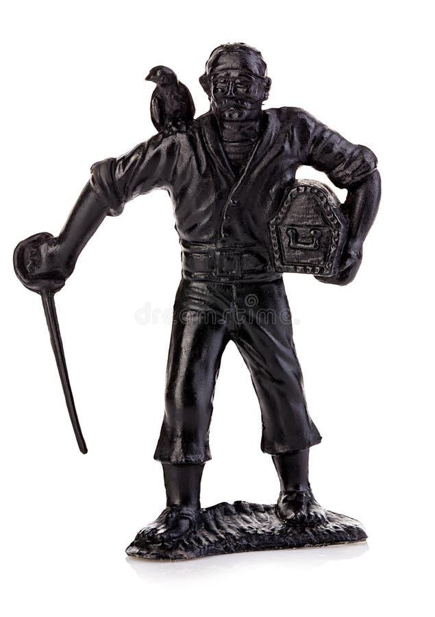 Pirate fâché avec un perroquet de sabre et de coffre sur son plan rapproché d'épaule d'isolement sur un fond blanc Figurine minia photographie stock