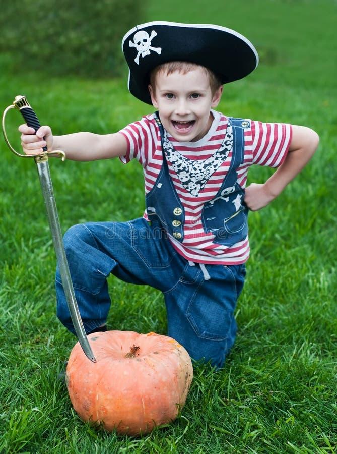 Pirate-garçon et potiron de veille de la toussaint images stock