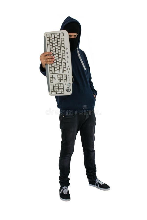 Pirate informatique avec le capot d'isolement sur le fond blanc tenant un clavier d'ordinateur à disposition images libres de droits