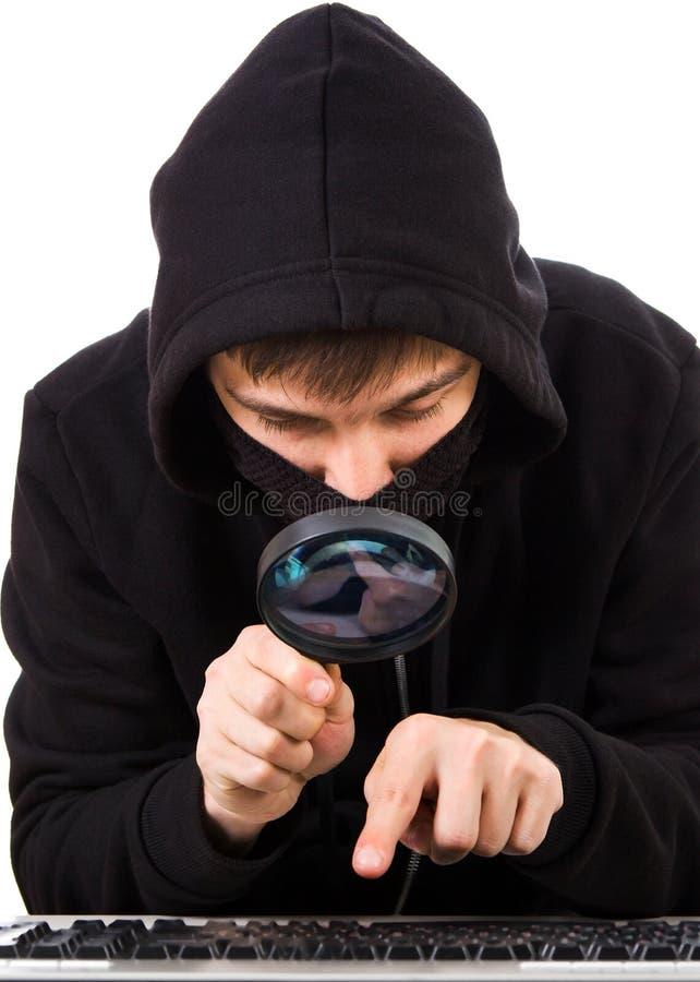 Pirate informatique avec une loupe image stock