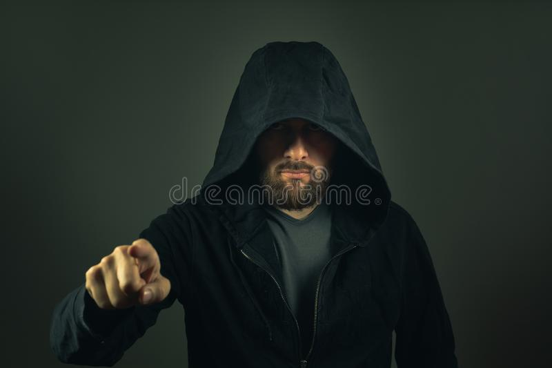 Pirate informatique d'Internet Homme avec le hoodie image stock