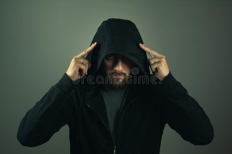 Pirate informatique d'Internet Homme avec le hoodie images stock