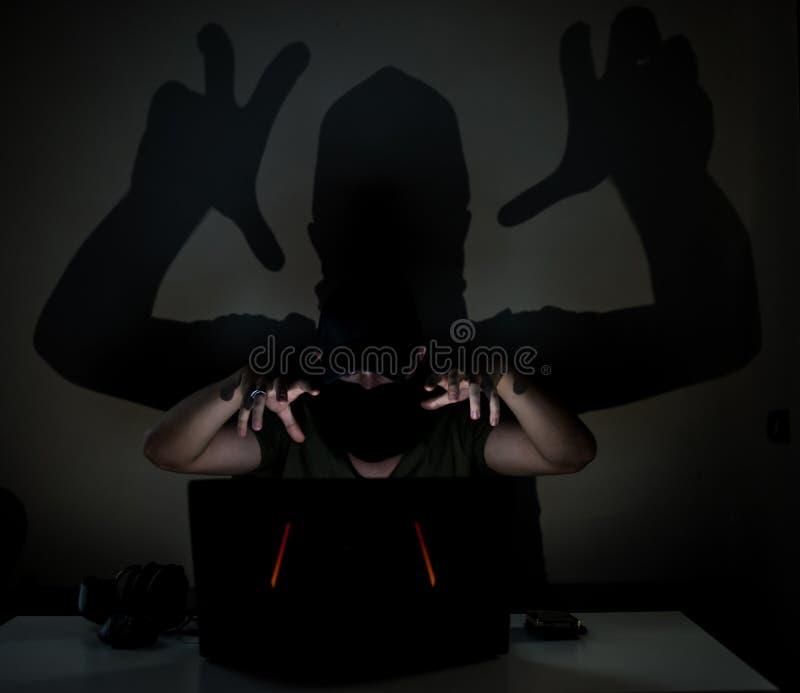 Pirate informatique d'ombre dans l'obscurité photos stock