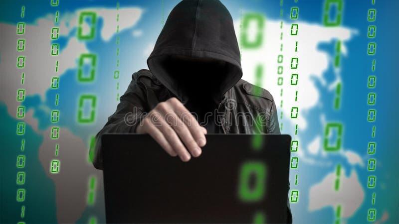 Pirate informatique dans un capot avec l'ordinateur portable Danger en ligne de réseau photographie stock