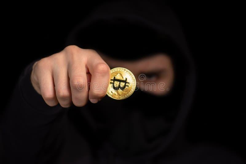 Pirate informatique de plan rapproché avec le bitcoin brouillé de prise de visage à disposition lançant l'attaque de cyber, s photo libre de droits