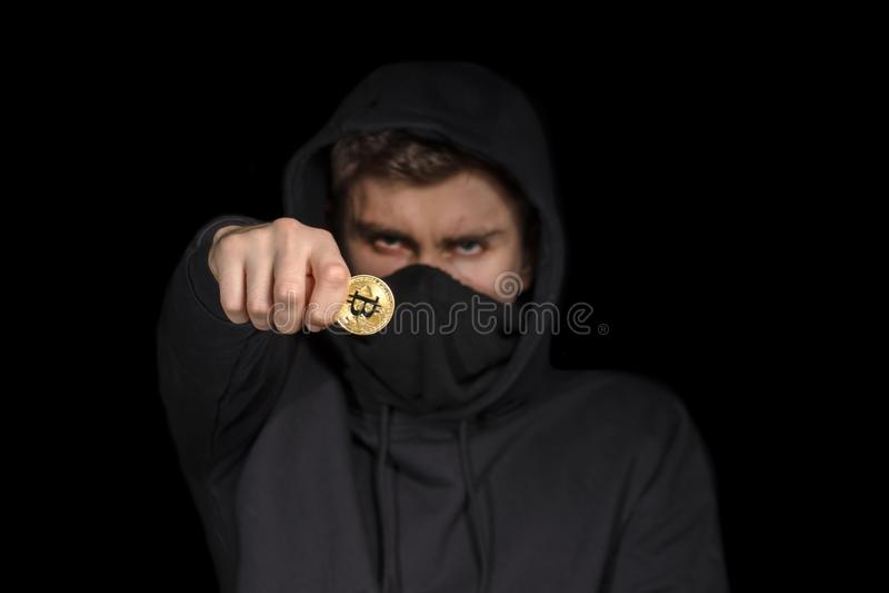 Pirate informatique de plan rapproché avec le bitcoin brouillé de prise de visage à disposition lançant l'attaque de cyber, s photographie stock libre de droits