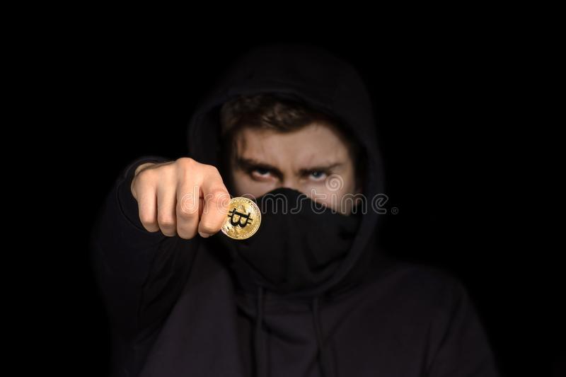 Pirate informatique de plan rapproché avec le bitcoin brouillé de prise de visage à disposition lançant l'attaque de cyber, s photos libres de droits