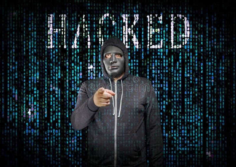Pirate informatique derrière un masque images stock