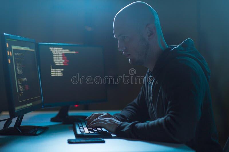 Pirate informatique employant le virus informatique pour l'attaque de cyber photo stock