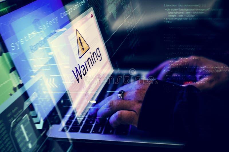 Pirate informatique essayant d'entailler dedans au réseau informatique avec le tir d'écran d'avertissement images libres de droits