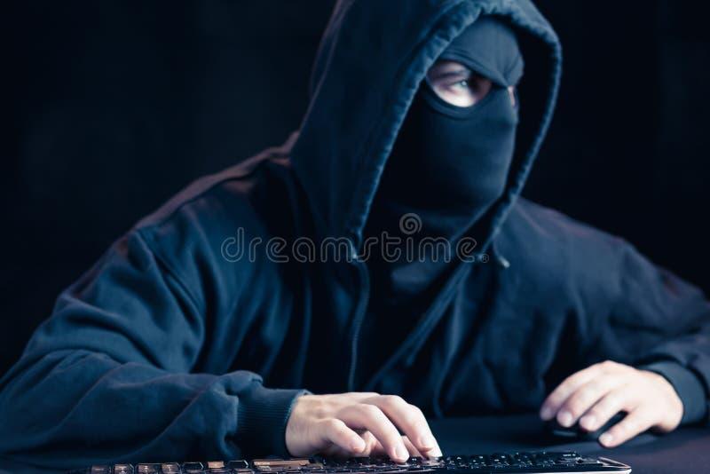 Pirate informatique masqué dangereux photographie stock