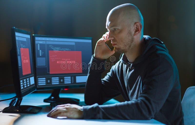 Pirate informatique sans l'acc?s aux faire appel d'ordinateur ? la cellule photographie stock libre de droits