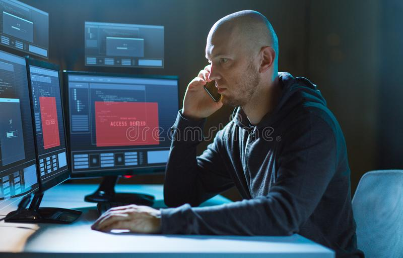 Pirate informatique sans l'acc?s aux faire appel d'ordinateur ? la cellule image libre de droits