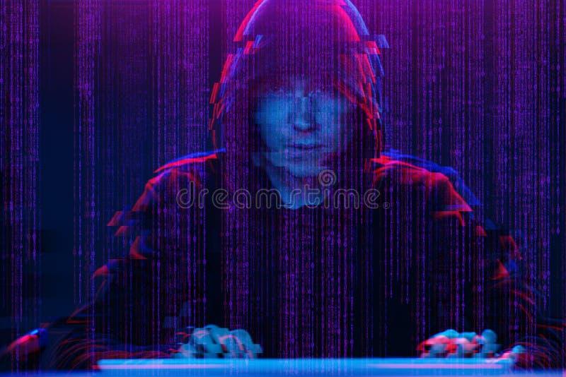 Pirate informatique travaillant avec l'ordinateur dans la chambre noire avec l'interface numérique autour Image avec l'effet de p image stock