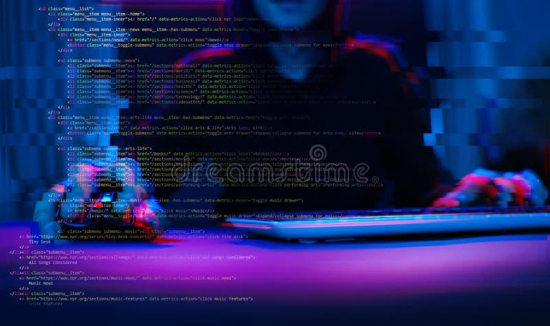 Pirate informatique travaillant avec l'ordinateur dans la chambre noire avec l'interface numérique autour Image avec l'effet de p images libres de droits