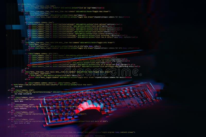 Pirate informatique travaillant avec l'ordinateur dans la chambre noire avec l'interface numérique autour Image avec l'effet de p images stock
