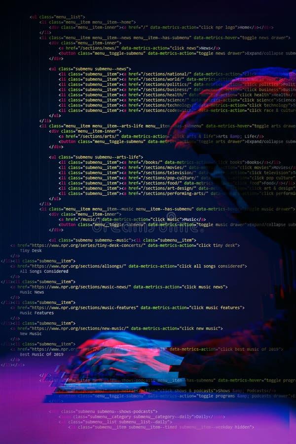 Pirate informatique travaillant avec l'ordinateur dans la chambre noire avec l'interface numérique autour Image avec l'effet de p photographie stock