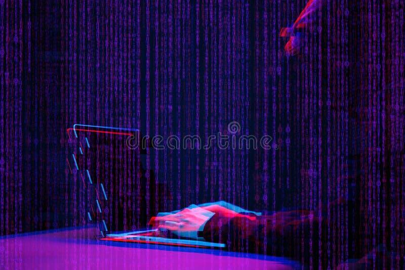 Pirate informatique travaillant avec l'ordinateur portable dans la chambre noire avec l'interface numérique autour Image avec l'e image libre de droits
