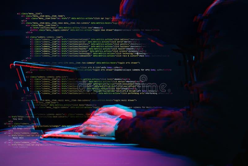 Pirate informatique travaillant avec l'ordinateur portable dans la chambre noire avec l'interface numérique autour Image avec l'e images stock