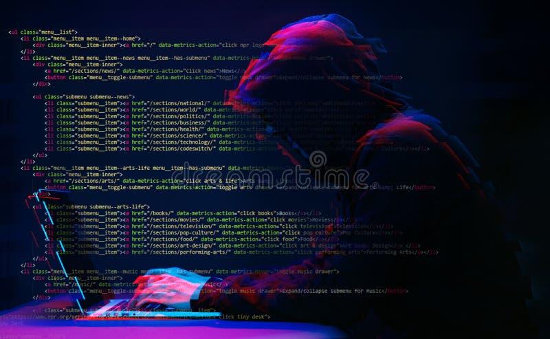 Pirate informatique travaillant avec l'ordinateur portable dans la chambre noire avec l'interface numérique autour Image avec l'e photos libres de droits