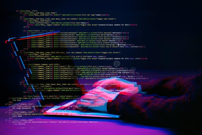 Pirate informatique travaillant avec l'ordinateur portable dans la chambre noire avec l'interface numérique autour Image avec l'e photo stock