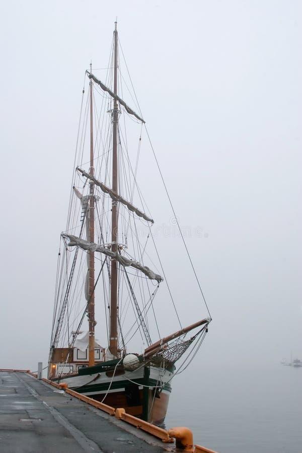 Piraten-Lieferung im Nebel lizenzfreie stockfotos