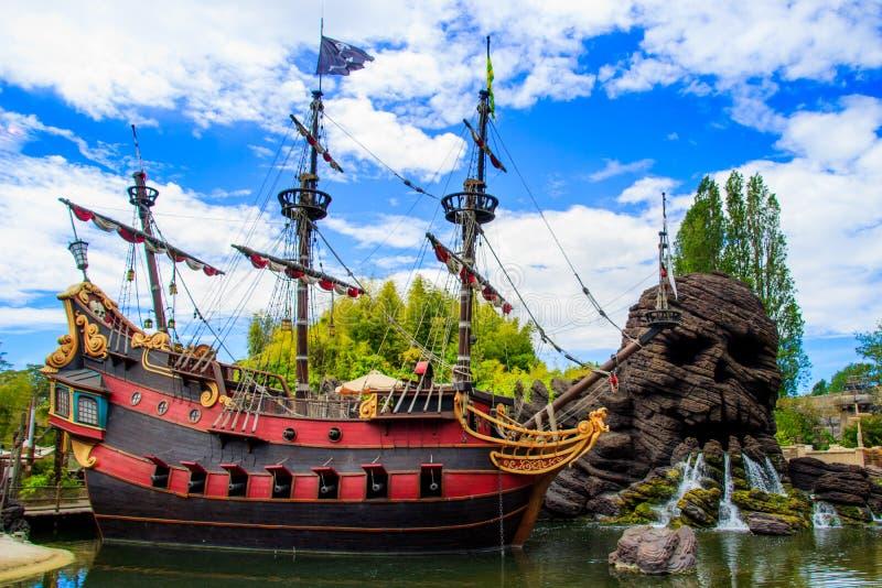 Piraten van het Caraïbische Schip in Disneyland Parijs stock foto's