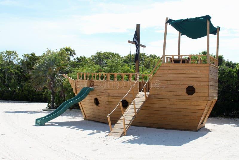 Piratenboots-Plättchenspielplatz stockfotos