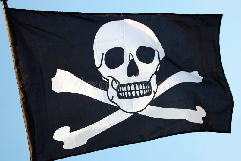 Piratenflagge, Totenkopf mit gekreuzter Knochen lizenzfreie stockfotografie