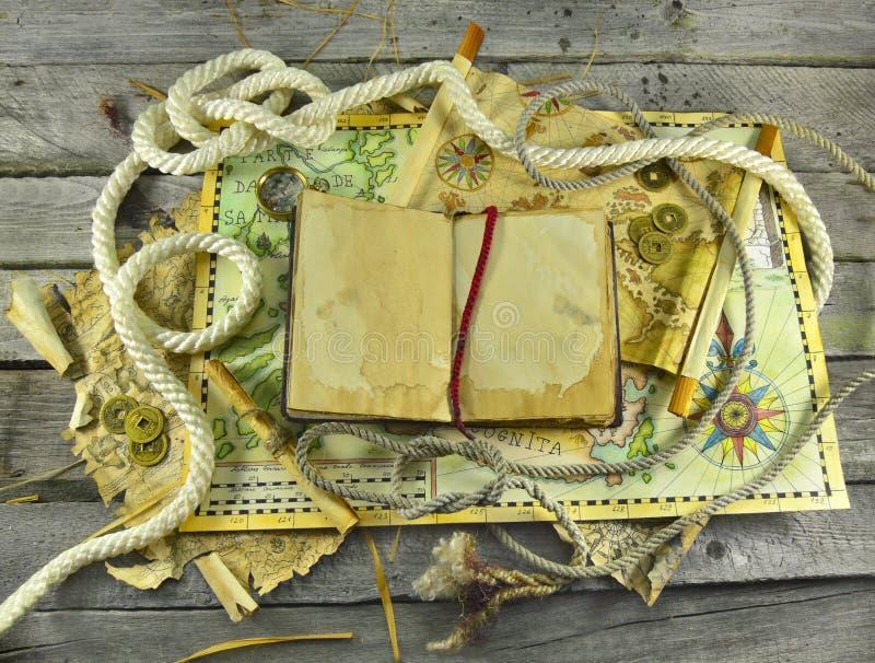 Piratenkarten mit offenem Buch stockbild