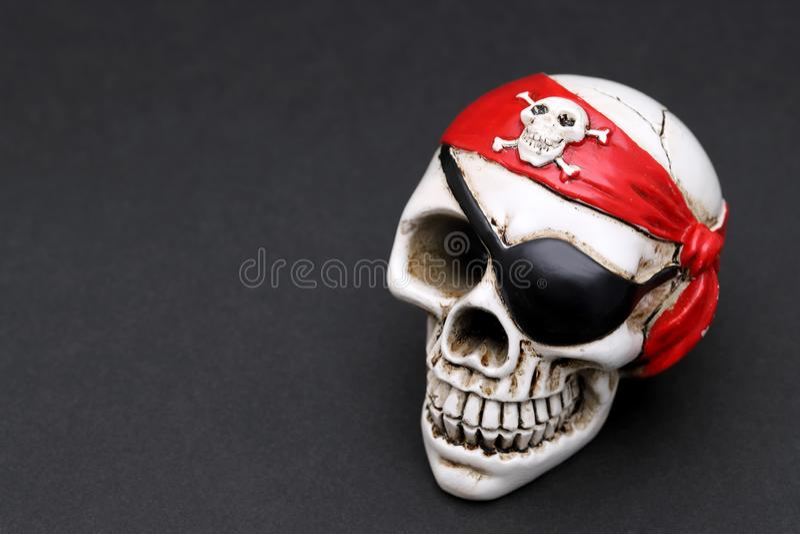 Piratenschädel mit rotem Haupthalstuch lizenzfreies stockbild