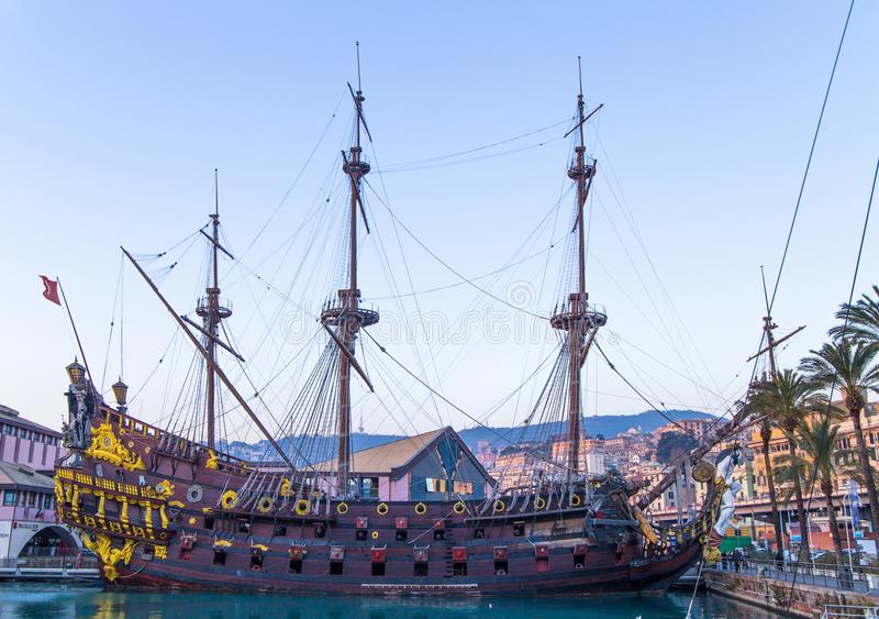 Piratenschiff IL Galeone Neptun nahe Acquarium in Genua, Italien lizenzfreie stockfotografie