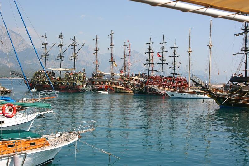 Piratenschiffe am Ufer vor dem hintergrund der Berge lizenzfreies stockbild