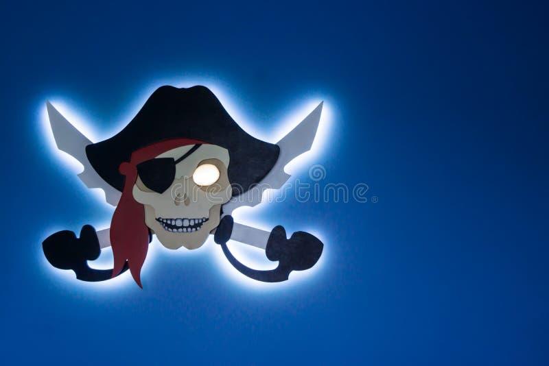 Piraterie électronique Le vol de la propriété intellectuelle Jolly Roger dans un style moderne Endroit pour votre texte image libre de droits