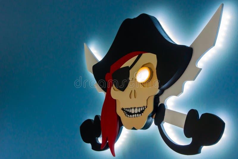 Piraterie électronique Le vol de la propriété intellectuelle Jolly Roger dans un style moderne Endroit pour votre texte images stock