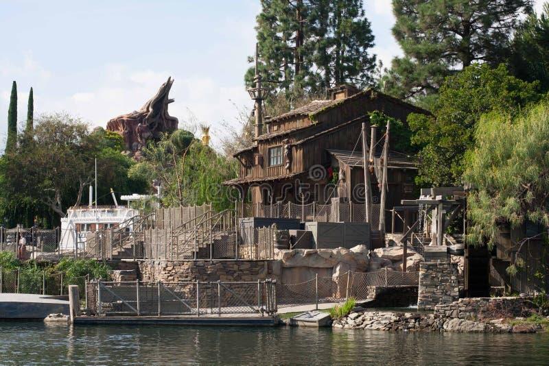 Pirates lya på Tom Sawyer Island på Disneyland arkivbild